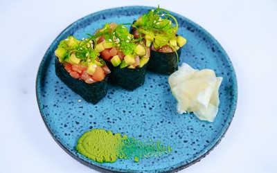 Тартар из говяжьей вырезки и сет гунканов с лососем и авокадо