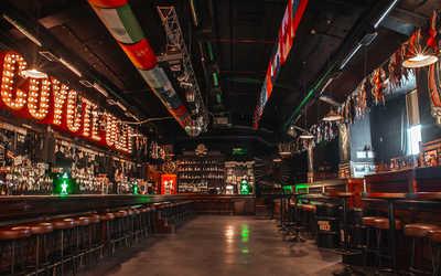 Банкетный зал бара, ночного клуба Гадкий Койот (Сoyote Ugly) на Литейном проспекте