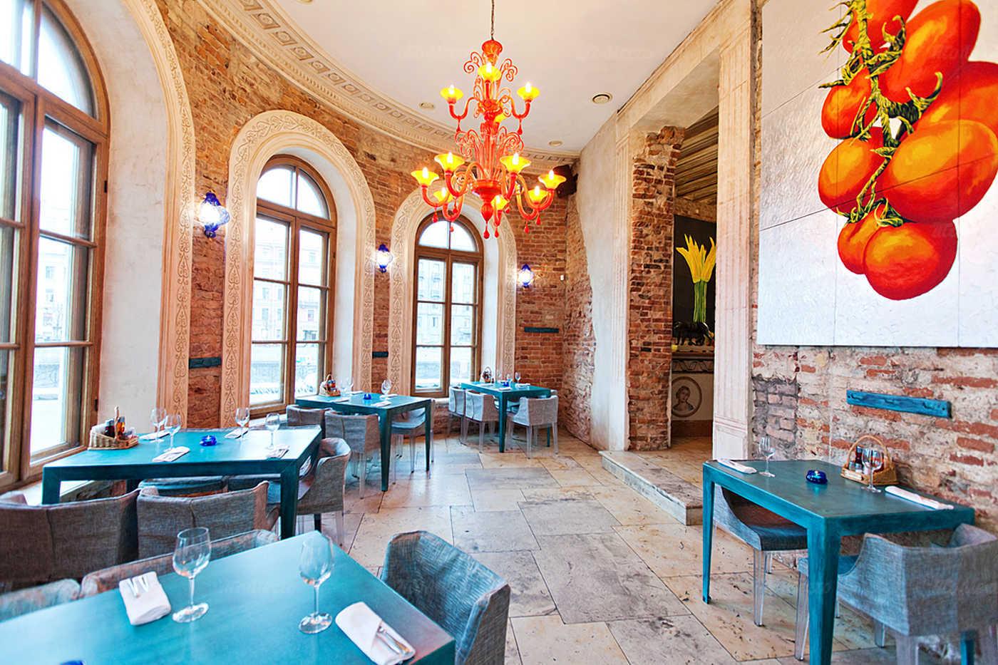 Ресторан Мама Рома (Mama Roma) на набережной реки Фонтанки